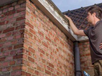 L'inspecteur vérifie le toit de la propriété à Beloeil.