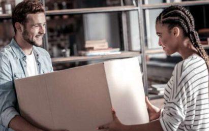 Un jeune couple on remit la condition de leur promesse d'achat suite à une inspection réussi.